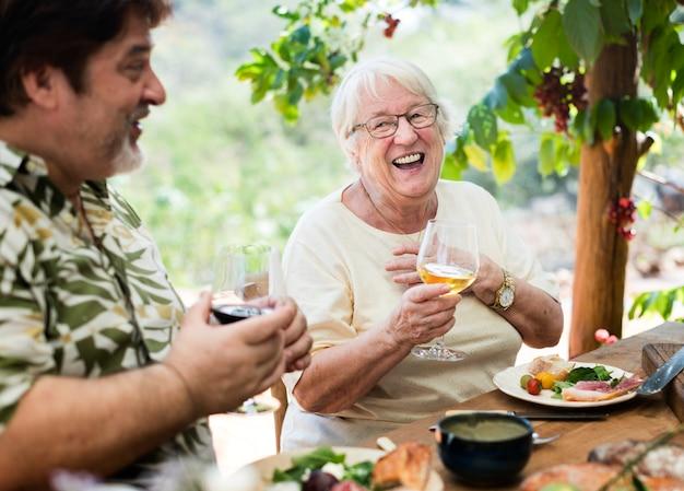 屋外の地中海ディナーを楽しむ家族 Premium写真