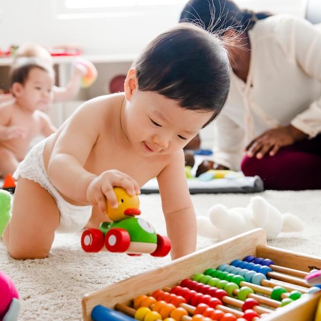 木製の車で遊ぶ赤ちゃん Premium写真