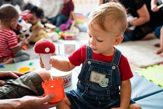 学習センターでおもちゃで遊ぶかわいい男の子 Premium写真