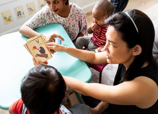 両親と英語のアルファベットを学ぶ幼児 Premium写真