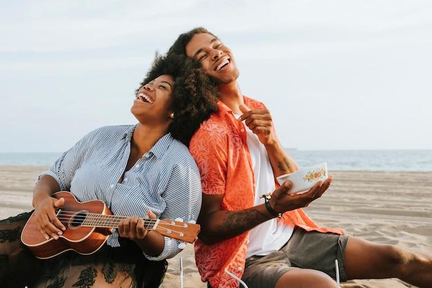 Пара на пикнике на пляже Premium Фотографии