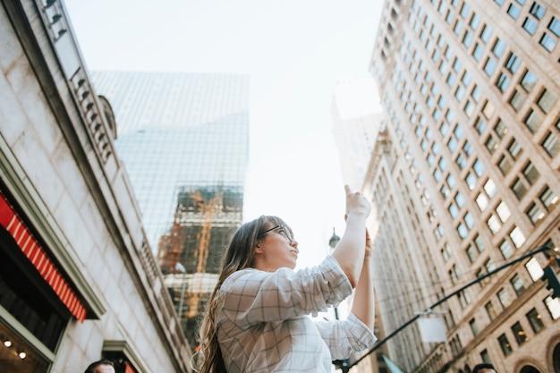 アメリカ、ニューヨークの景色の写真を撮る女性 Premium写真