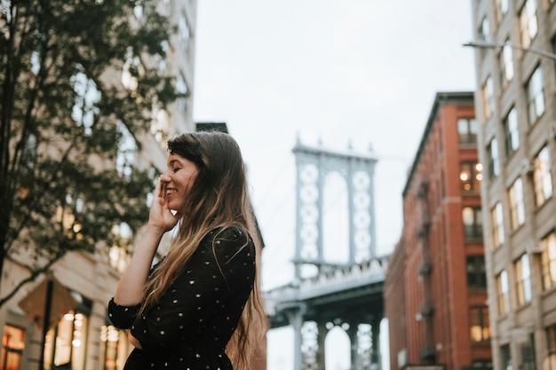 アメリカ合衆国マンハッタンのダウンタウンで内気な女性 Premium写真