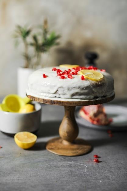 ザクロの種子とレモンケーキ Premium写真