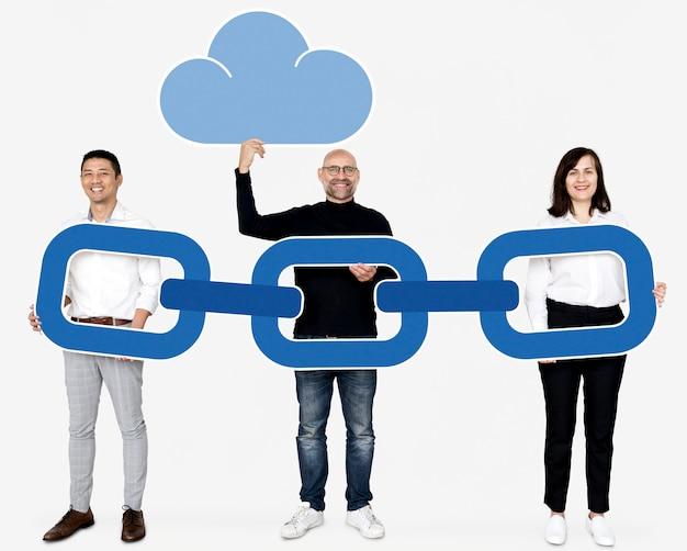 ブロックチェーン暗号を持つ多様なビジネス人々 Premium写真