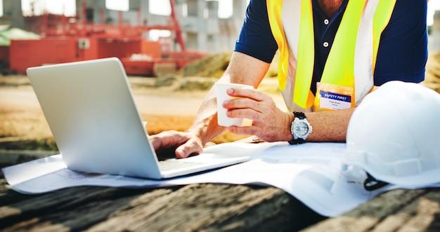 工事現場のサイトエンジニア Premium写真