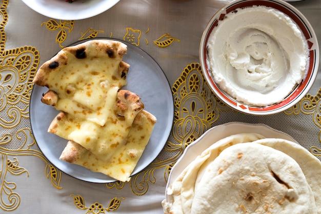 ラマダンのごちそうのためのおいしい食べ物 Premium写真
