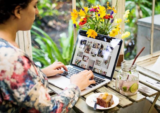 女性はコンピューターのラップトップを使用しています Premium写真