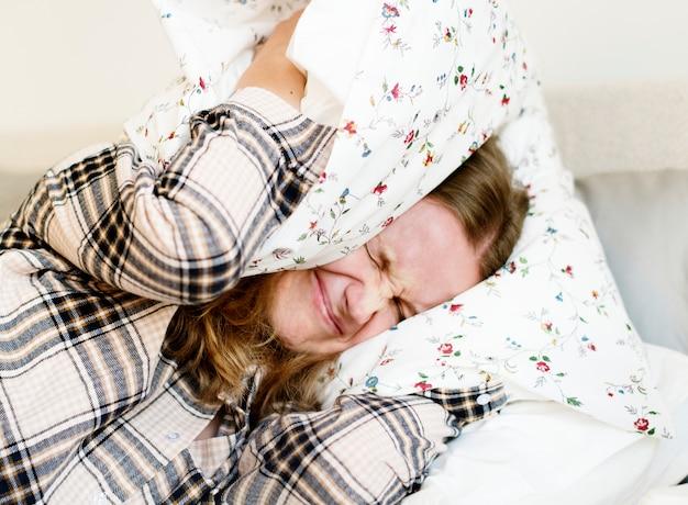 睡眠問題を持つ白人女性 Premium写真