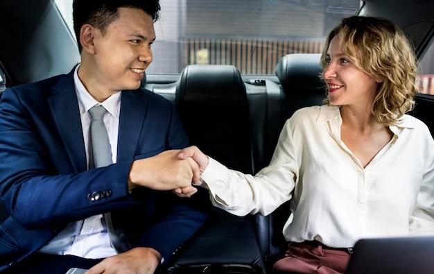 車の中で座っている実業家 Premium写真