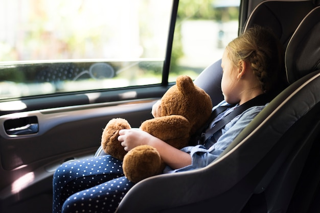 車の座席の小さな女の子 Premium写真