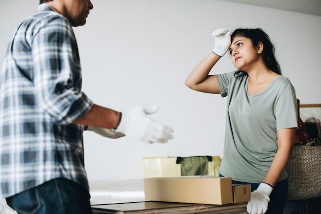 夫婦が新しい家に引っ越しながら論争 Premium写真