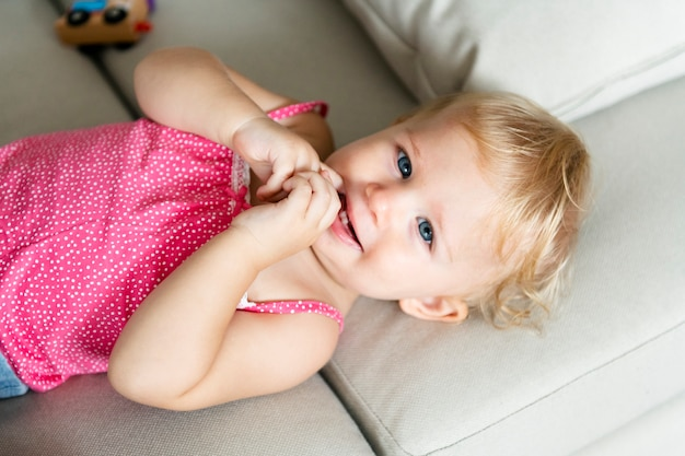 横になっている赤ちゃんのクローズアップ Premium写真