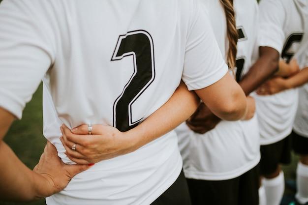 Крупным планом женских футболистов ютятся Premium Фотографии