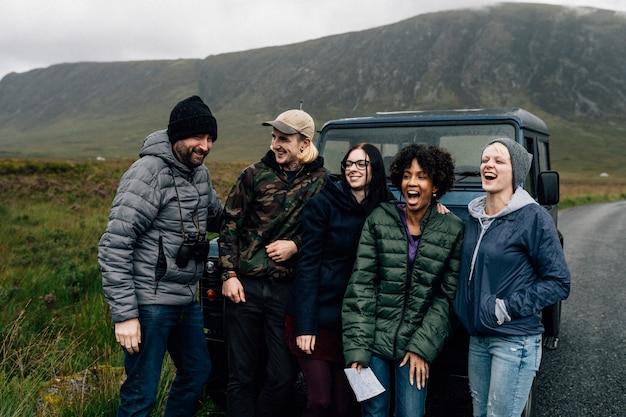 Группа друзей отдохнуть от вождения Premium Фотографии
