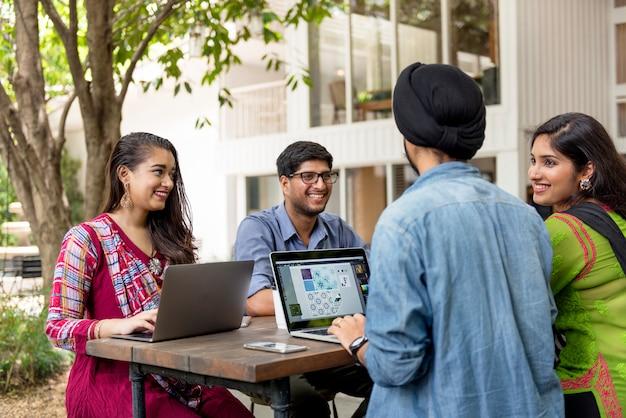 Группа индийских людей используют компьютерный ноутбук Premium Фотографии