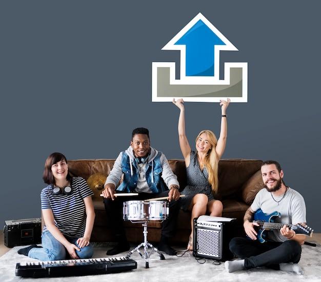 Группа музыкантов, имеющих значок загрузки Premium Фотографии
