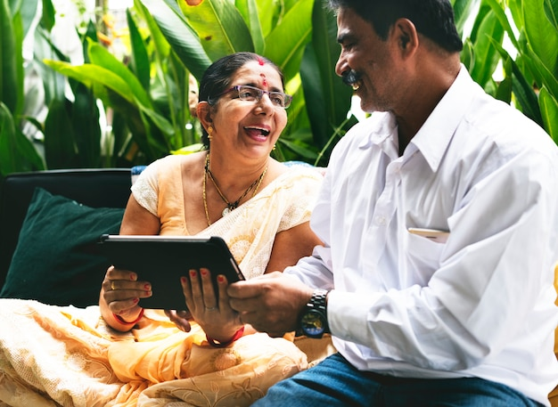 幸せなインドのカップルが一緒に時間を過ごす Premium写真