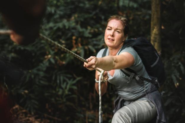 ロープを登る女性 Premium写真