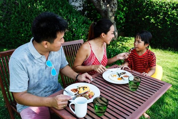 彼女の息子に朝食を供給する母 Premium写真