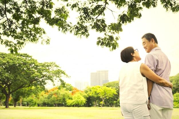 Зрелая и счастливая японская пара Premium Фотографии