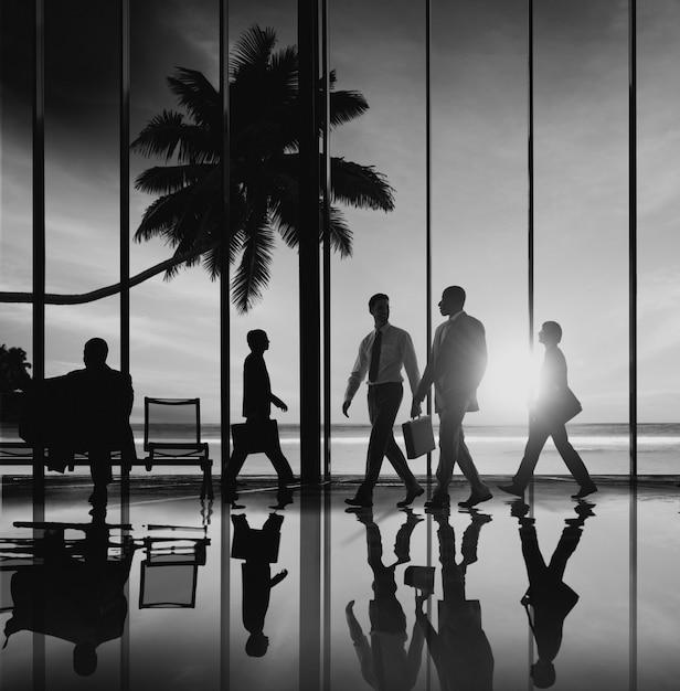 Деловые люди путешествия пляжная поездка аэропорт терминал концепция Premium Фотографии