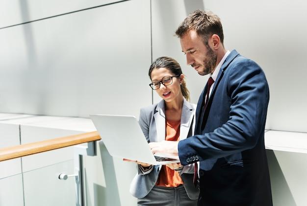 Концепция партнерства обсуждения корпоративного офисного работника Premium Фотографии