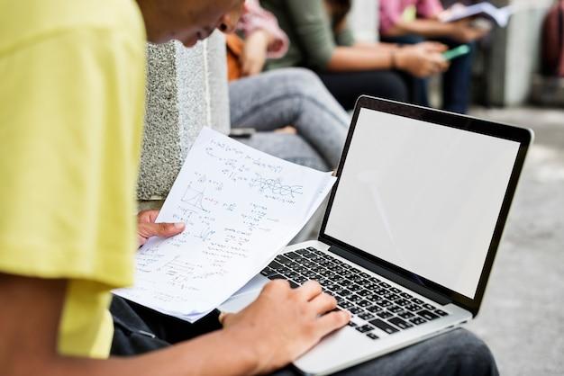 ノートパソコンの研究キャンパスコンセプトを勉強 Premium写真