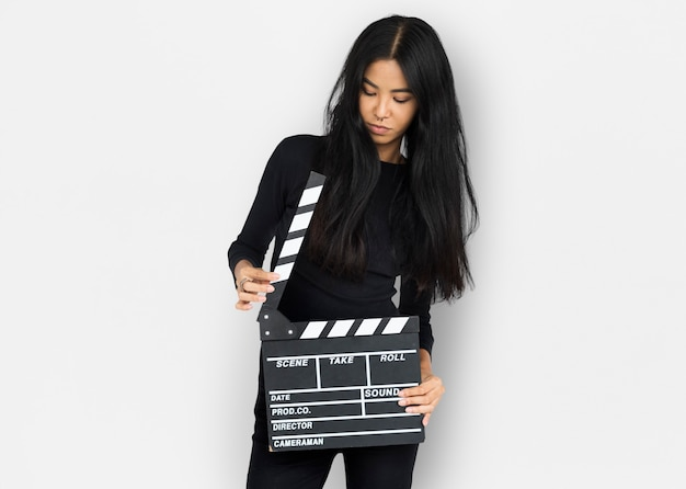若い女性の手はクラッパーボードを握る Premium写真