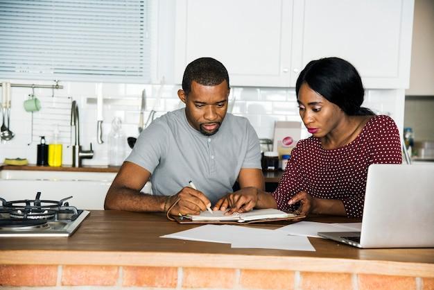 黒いカップルが台所で働いて Premium写真