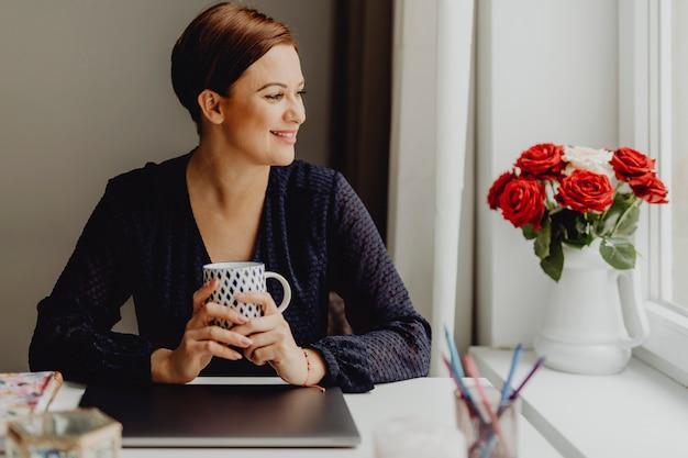 Пить ее утренний кофе Premium Фотографии