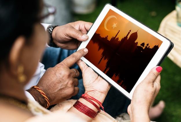 インドの家族がイスラム教とラマダンについて学ぶ Premium写真