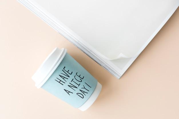 紙コップに素敵な一日のフレーズを書いて Premium写真