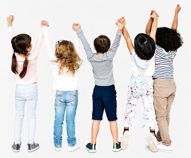 手を繋いでいる子供たちのグループ Premium写真