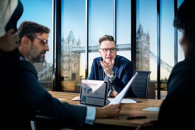ロンドンでのビジネス会議 無料写真