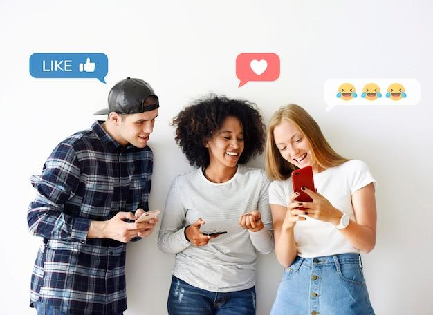 Друзья с помощью смартфонов Premium Фотографии