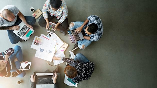 床の上に座って事業チーム Premium写真