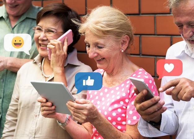 Пожилые люди в социальных сетях Premium Фотографии
