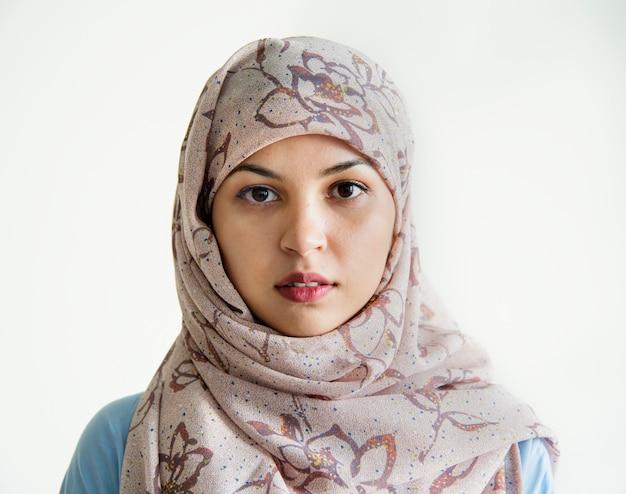 カメラを見てイスラムの女性の肖像画 Premium写真