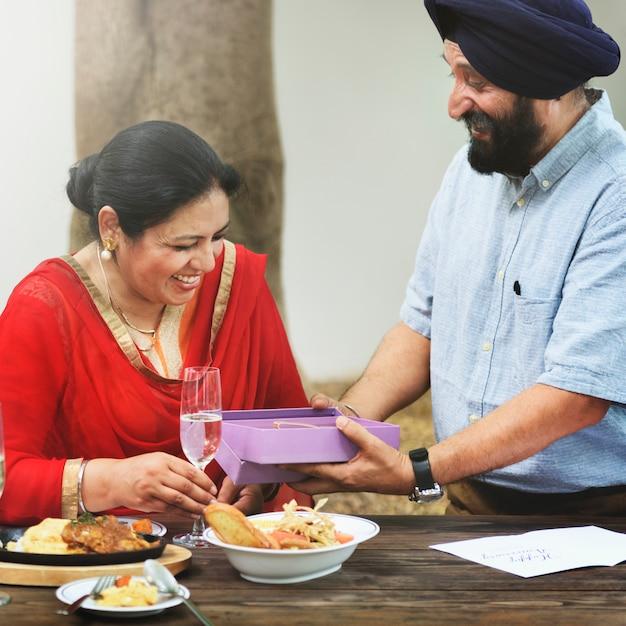愛情のある年配のインド人カップル Premium写真