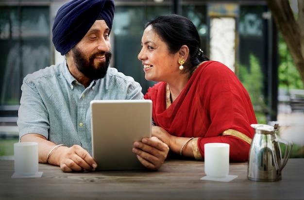 デバイスの概念を使用してインドのカップル Premium写真