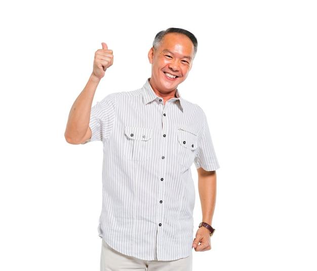 Веселый случайный старик дает большие пальцы Premium Фотографии