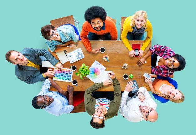 会議のコンセプトを持つ多様なデザイナーのグループ Premium写真