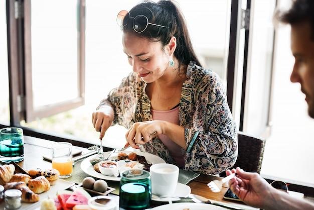 ホテルの朝食を食べるカップル Premium写真