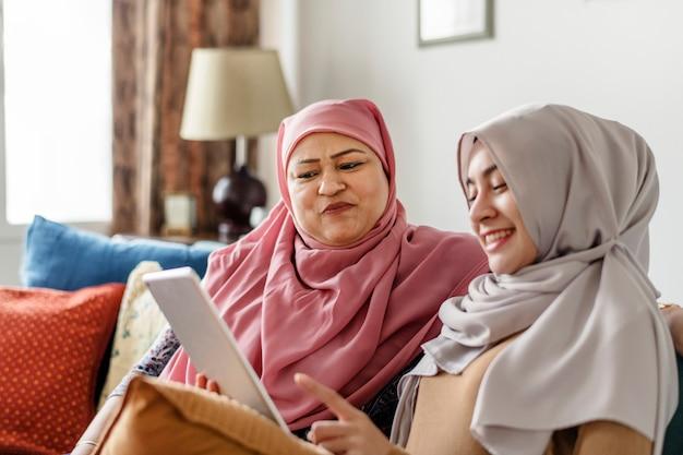 タブレットを使用してイスラム教徒の女性 Premium写真