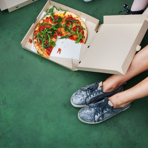 ピザ共有一体友情コミュニティの概念 Premium写真