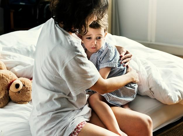 悪夢から息子を慰める母親 Premium写真