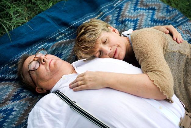 老夫婦のカップルのロマンスの愛の概念 Premium写真