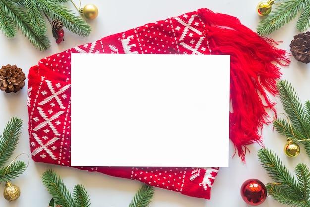 フラットから白い背景の上の休日のクリスマスのテーマを置きます。 Premium写真