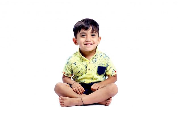 うれしそうなインドの小さな男の子 Premium写真